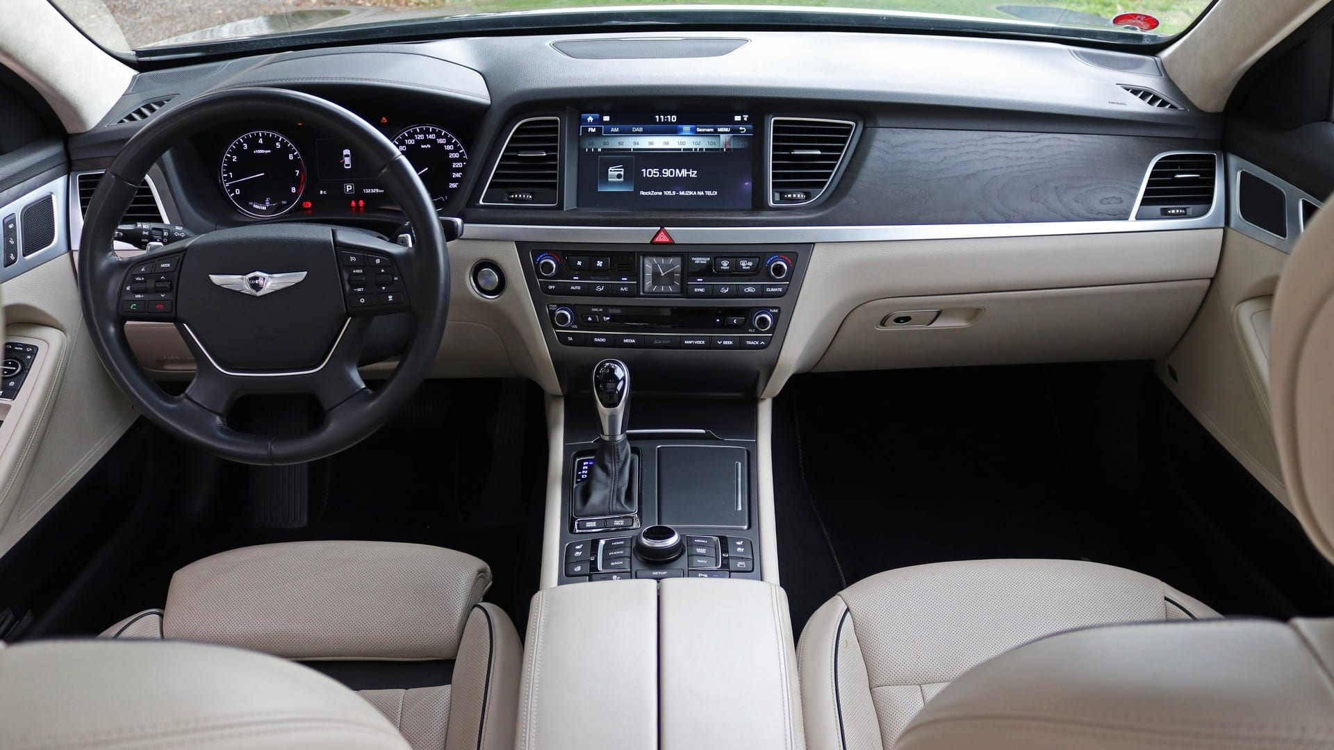 Test - Hyundai Genesis 3.8 GDI V6 palubní deska