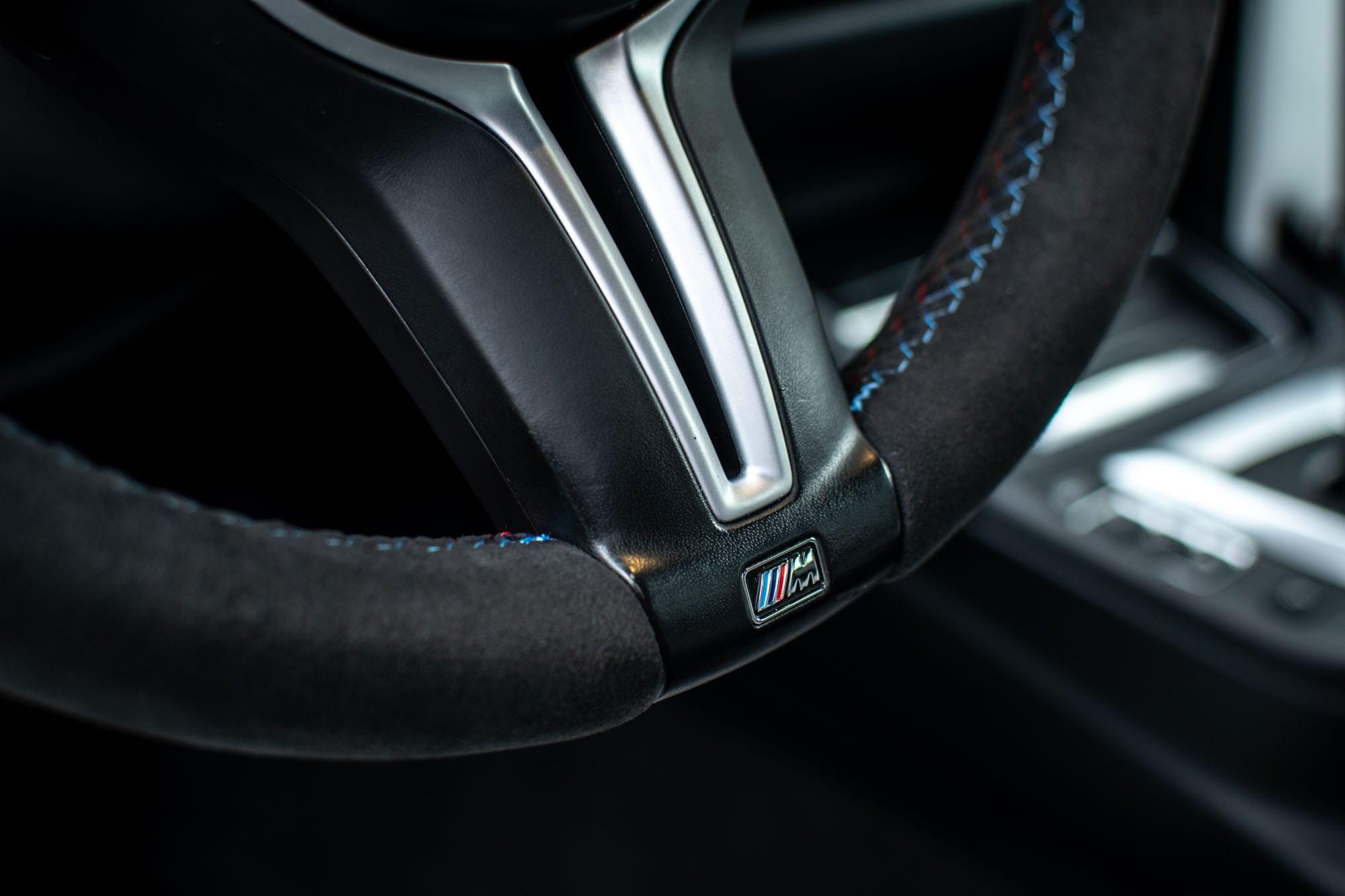 BMW M4 volant potažený Alcantarou