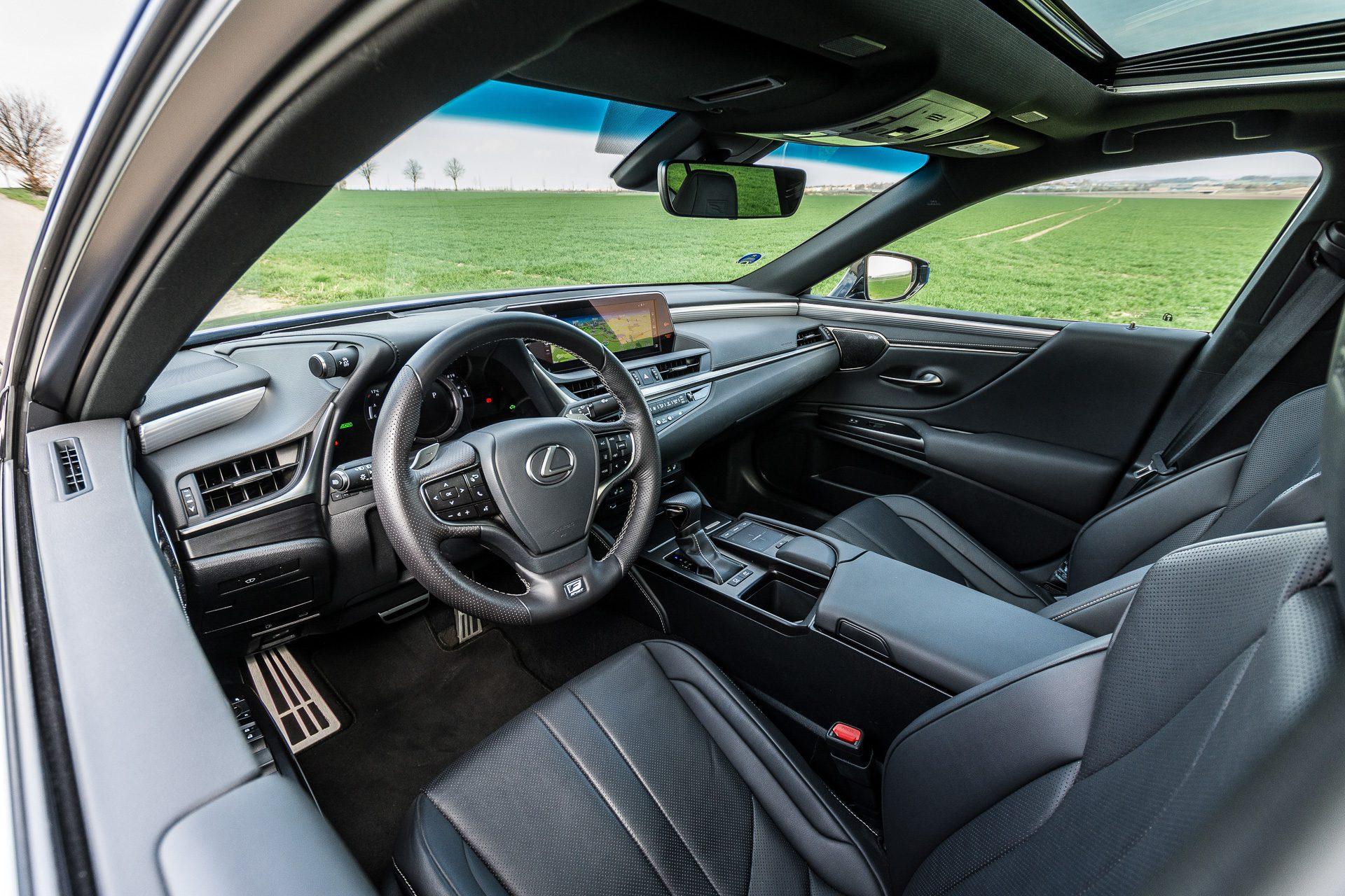 Lexus ES 300h interiér fotografie